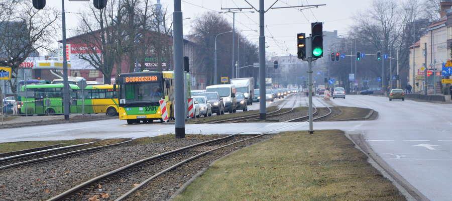 Prace będą wykonywane także na ul. Grunwaldzkiej, w okolicach Placu Dworcowego. Tutaj powstanie węzeł przesiadkowy, zostaną także przebudowane perony przystanków tramwajowych na wysokości dworca PKP i powstanie odcinek chodnika wraz ze ścieżką rowerową w