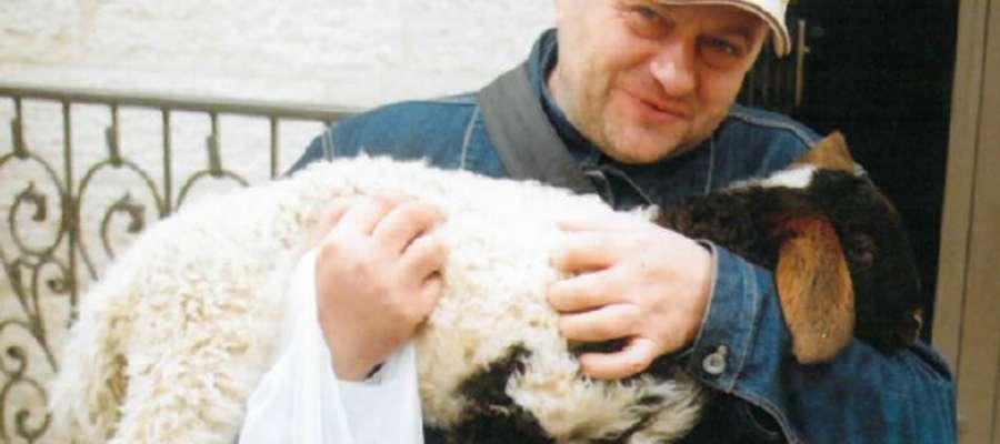 Ks. Mirosław Masztalerek święcenia otrzymał w roku '92 r. W wolnym czasie oddaję się swoim pasjom: łowiectwu oraz motocyklom. Lubi czytać książki