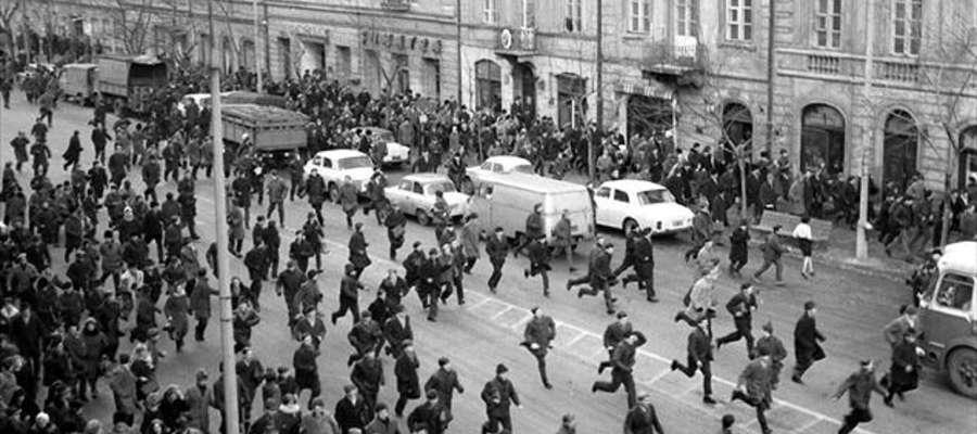 """8 marca 1968. Na warszawskim Krakowskim Przedmieściu studentów zaatakowała milicja oraz """"aktyw robotniczy"""""""