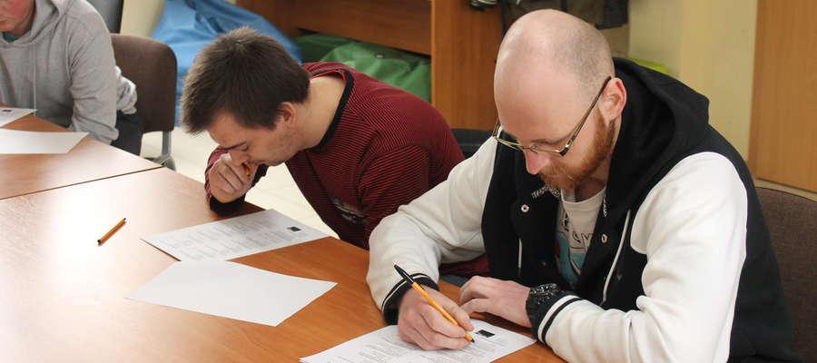 Po prawej: Sylwester Czyszek, który zwyciężył w eliminacjach powiatowych Olimpiady Wiedzy Rolniczej, Ochrony Środowiska i BHP w Rolnictwie.