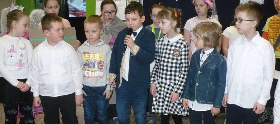 Podczas uroczystości pasowania na czytelnika w szkole w Zajączkowie