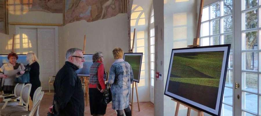 Fot.—Na wystawę złożyło się ponad 30 wielkoformatowych wydruków fotograficznych pokazujących różnorodne oblicza warmińskiej wiosny