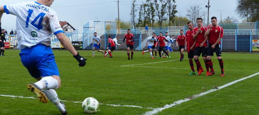 Zdjęcie ilustracyjne — z rzutu wolnego piłkę dorzuca Daniel Madej (Jeziorak Iława)