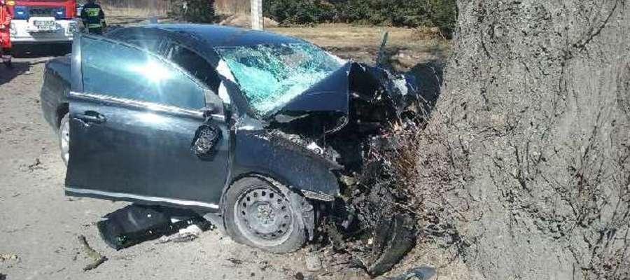 Toyota stroną kierowcy uderzyła w przydrożne drzewo