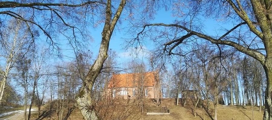 Widok na kościół p.w. św. Jana Chrzciciela w Bartoszycach z Parku Elżbiety.
