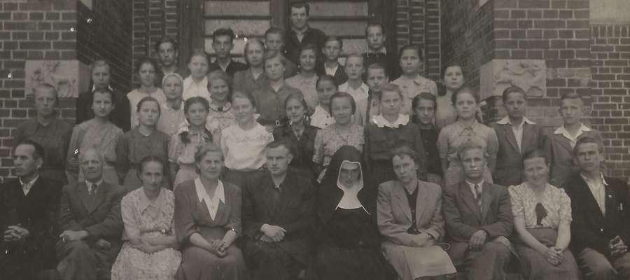FOT.  — Klasa Krysi, 7B, na schodach prowadzących do Szkoły Podstawowej nr 1 w Lidzbarku Warmińskim