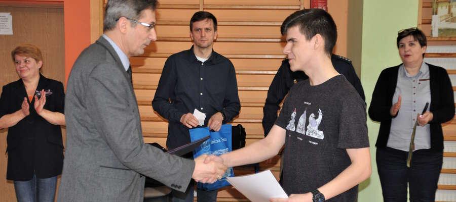Dominik Gajer przyjmuje gratulacje od wiceburmistrza Susza Zdzisława Zdzichowskiego. Michał Modrzejewski był niestety nieobecny tego dnia