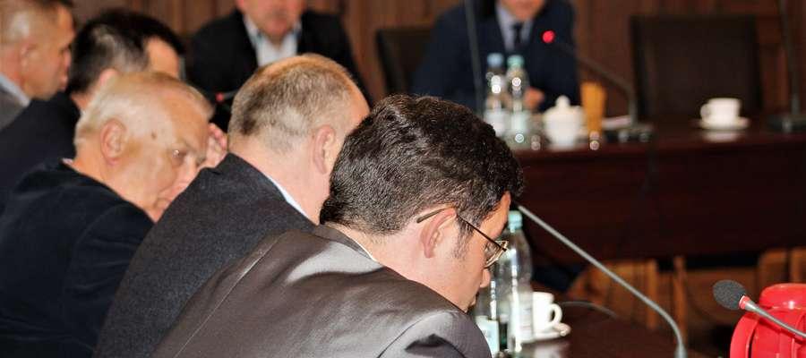 Radny Tarnowski (na pierwszym planie) uważa, że wezwanie policji na sesję nie było zasadne