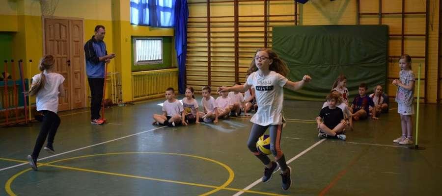 Uczniowie w czasie sportowej rywalizacji