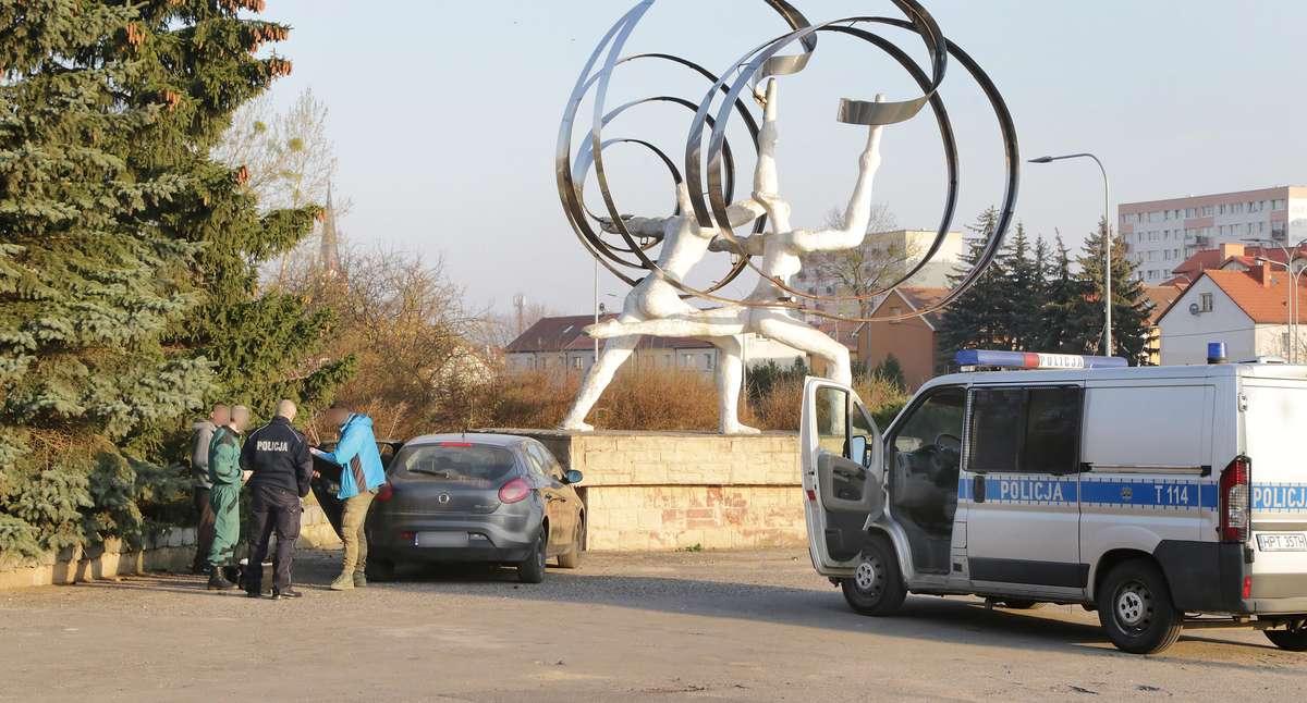Trup Urania  Olsztyn-W sobotę  wczesnym rankiem mieszkaniec ulicy Dworcowej w Olsztynie dokonał makabrycznego odkrycia. W krzakach przy Uranii zauważył... ciało w stanie głębokiego rozkładu.