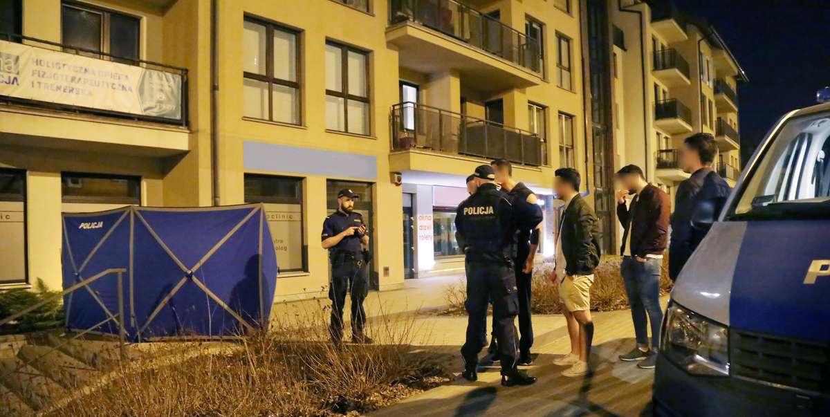 Skoczek samobójca  Olsztyn-Około 25-letni mężczyzna wypadł z czwartego piętra w bloku przy ulicy Kościuszki. Jak dowiedzieliśmy się z relacji sąsiadów, mężczyzna zmarł na miejscu. Mieszkańcy bloku informują, że w mieszkaniu, z którego balkonu wypadł mężcz
