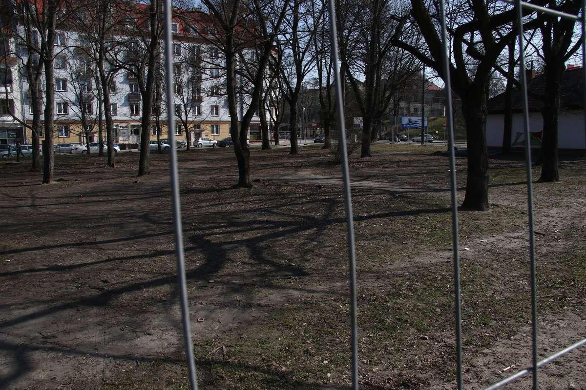 Przygotowanie do rewitalizacji Placu Pułaskiego  Olsztyn- Skwer przy Pl. Pułaskiego został ogrodzony. Niebawem ma się rozpocząć jego rewitalizacja.