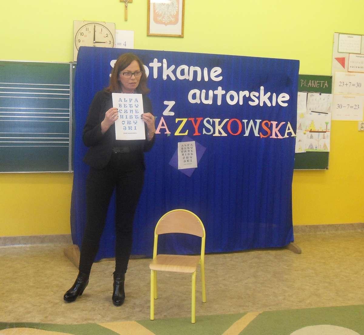 W czasie spotkania pisarki z dziećmi w szkole w Biskupcu