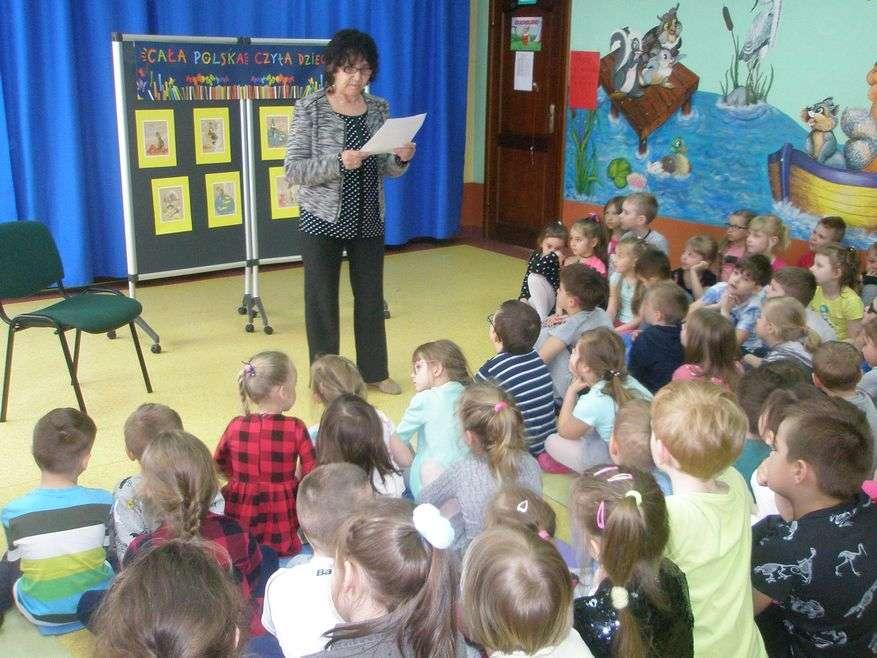 Dzieci uważnie słuchały bajki