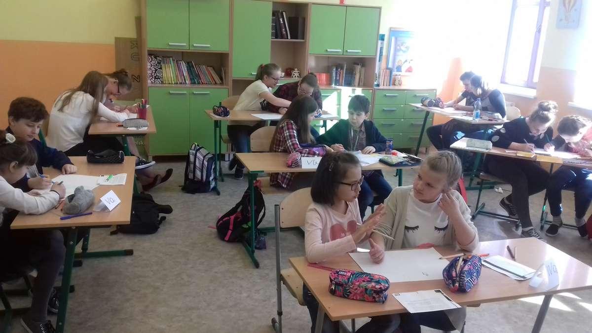 Uczestnicy konkursu w szkole w Biskupcu