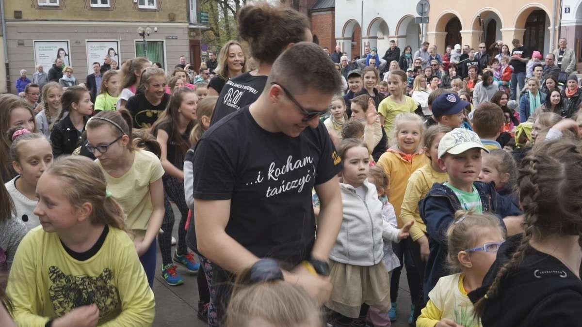 Taneczny flash mob na olsztyńskiej starówce - full image