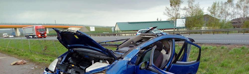 """Auto wypadło z drogi i dachowało. Wypadek na """"ekspresówce"""" koło Pasłęka [zdjęcia]"""