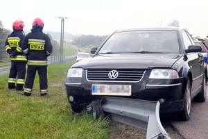 Kierowca vw passata uderzył w barierkę [zdjęcia]