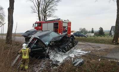 Zablokowana droga Łędławki — Paluzy. Mercedes uderzył w drzewo [ZDJĘCIA, FILM]