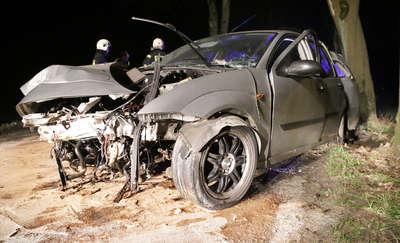 Ford focus uderzył w dwa drzewa. Kierowca przewieziony został do szpitala [ZDJĘCIA]