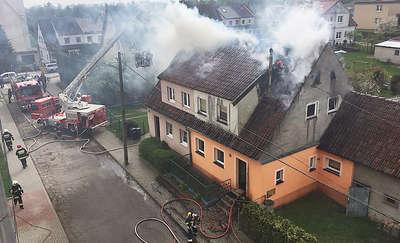 Pożar domu w Dobrym Mieście. Kilkanaście zastępów straży pożarnej walczy z ogniem