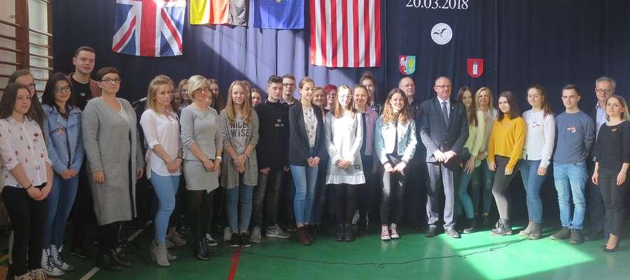 1. Po rozdaniu nagród odbyło się pamiątkowe zdjęcie wszystkich laureatów Powiatowego Konkursu Językowego wraz z opiekunami.