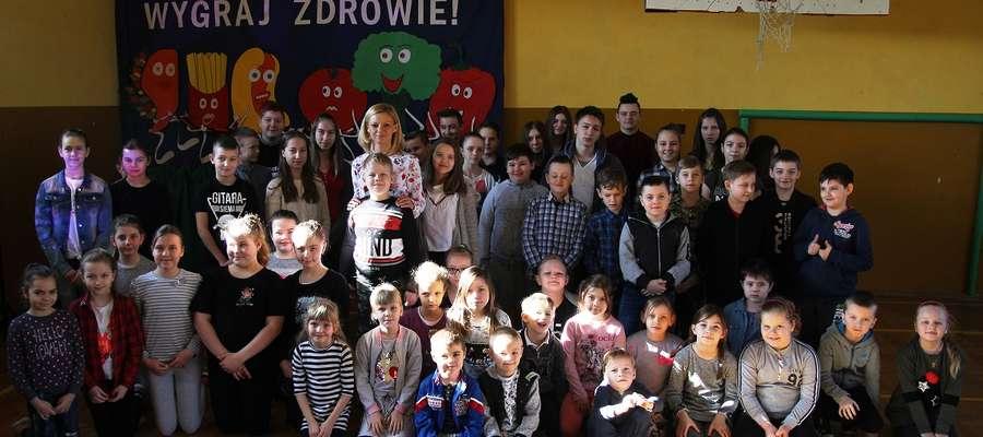 Po pogadance z dietetyk Martą Jędrzejczak uczniowie chętnie pozowali do wspólnej fotografii