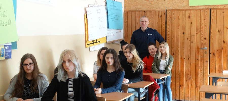 Młodzież z Zespołu Szkół Ponadgimnazjalnych w Żurominie z zainteresowaniem wysłuchała funkcjonariuszy podczas spotkania