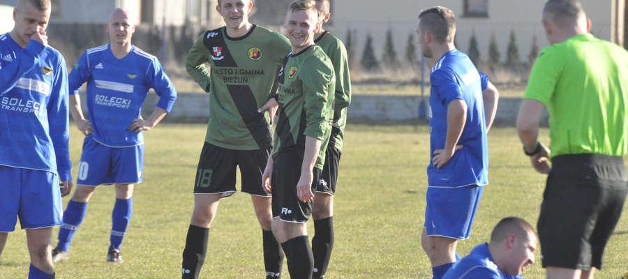 Maciej Watkowski (w środku) zdobył dwa gole i zobaczył czerwoną kartkę