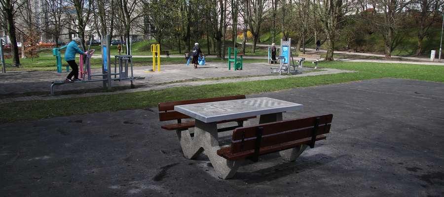 W minionym roku w parku Kusocińskiego stanęła ławka do gry w szachy, warcaby i chińczyka