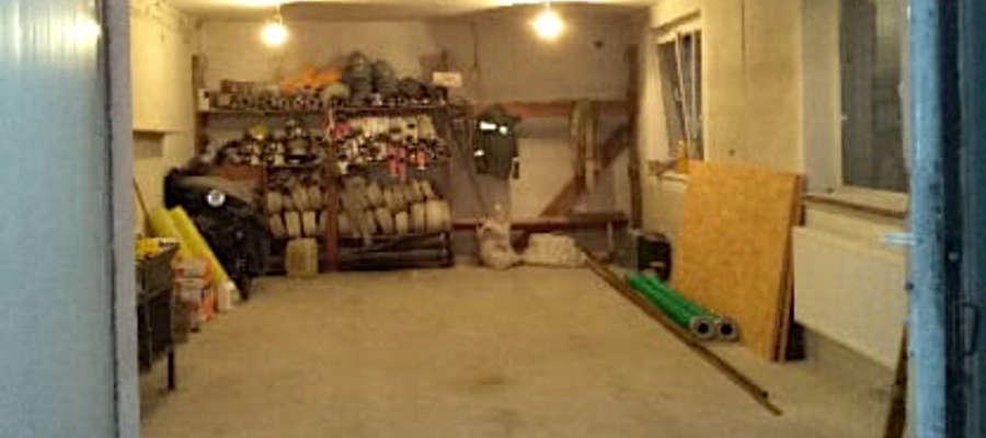Puste miejsce w strażacki garażu po wizycie złodziei