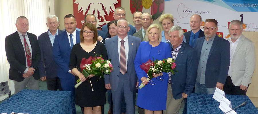 Miejscy radni wraz z kierownictwem urzędu podziękowali za pracę skarbnik Danucie Szczepańskiej (z kwiatami z prawej), a na jej miejsce powołali Honoratę Muszyńską (z kwiatami z lewej)