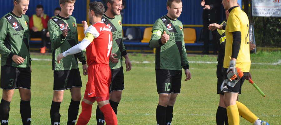 Paweł Baca (drugi od prawej) zdobył bramkę dającą trzy punkty fot arch