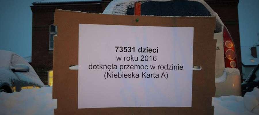 Tabliczki z protestu przeciwko odrzuceniu projektu ustawy łagodzącej zapisy ustawy antyaborcyjnej — Węgorzewo, styczeń 2018 r. Sąd Rejonowy w Węgorzewie odrzucił wniosek policji o ukaranie jednej z protestujących kobiet Elizy Brzozowskiej-Płońskiej z węgo