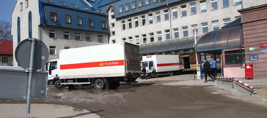 ciężarówki Poczty Polskiej niszczą chodnik na Partyzantów