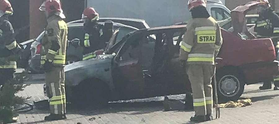 Do pożaru auta doszło w niedzielę na parkingu przy kościele na os.Podleśnym w Iławie