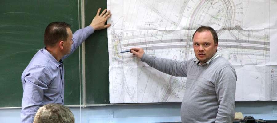 Na pytania odpowiadał naczelnik wydziału gospodarki komunalnej Piotr Tomaszewski