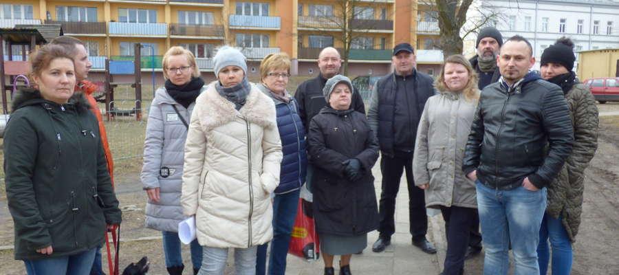 Mieszkańcy bloków sprzeciwiają się budowie parkingu przy placu zabaw przy ul. Płockiej