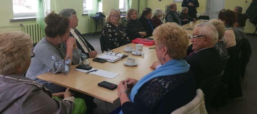 W świetlicy Gminnego Ośrodka Kultury w Kiwitach zostało przeprowadzone spotkanie dzielnicowego z członkami Stowarzyszenia Emerytów, Rencistów i Inwalidów.