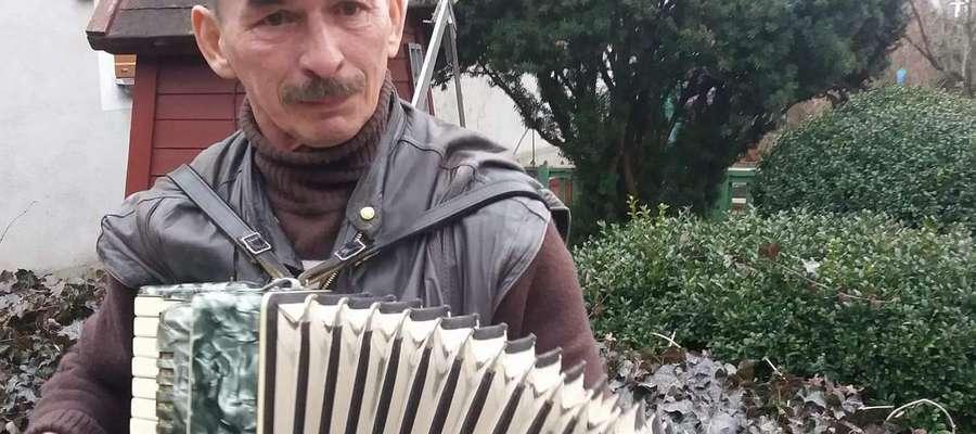 Pan Janusz cieszy się już używanym ale dla niego nowym instrumentem. Akordeon Andrzej Wejngold przywiózł z Ornety, gdzie pan Janusz go osobiście wybrał