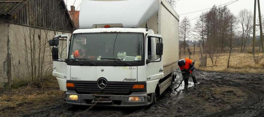 W Burkartach zakopał się (3 kwietnia) samochód odbierający odpady komunalne.
