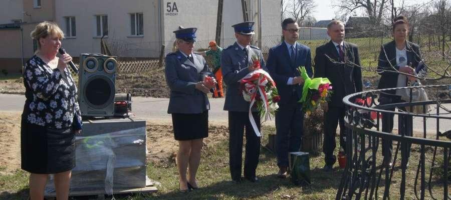 Dyrektorka szkoły Hanna Błaszkowska i goście uroczystości
