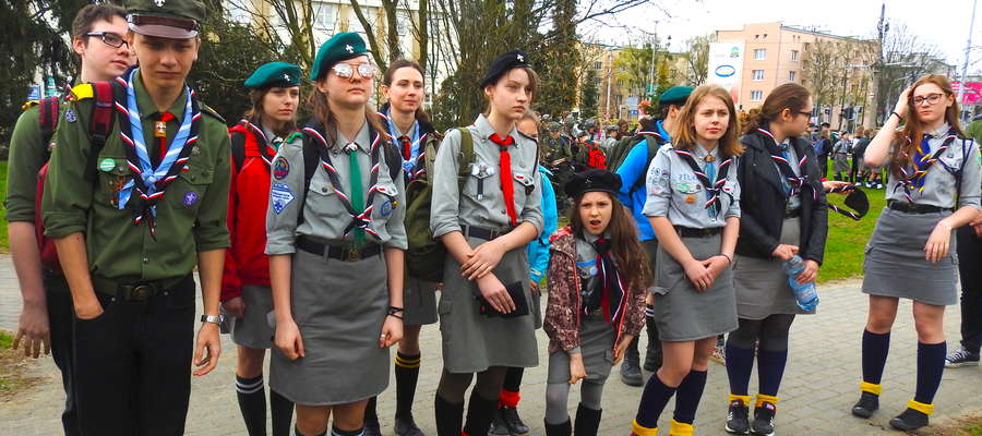 Nowomiejscy harcerze przed wyruszeniem na grę terenową po Toruniu