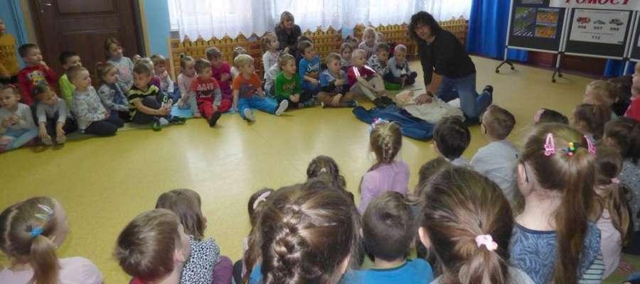Pan Maciej uczył przedszkolaków udzielania pierwszej pomocy