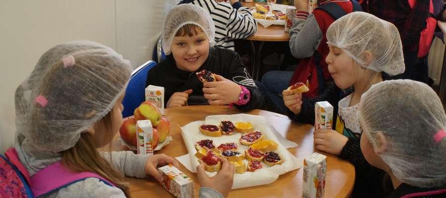 Dzieci ze smakiem jadły kanapki