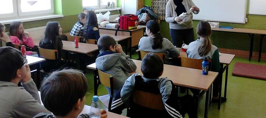 Halina Kleinowska prowadzi zajęcia z uczniami SP 2