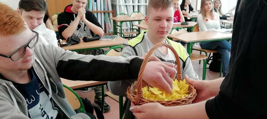 Uczniowie rozdawali papierowe żonkile