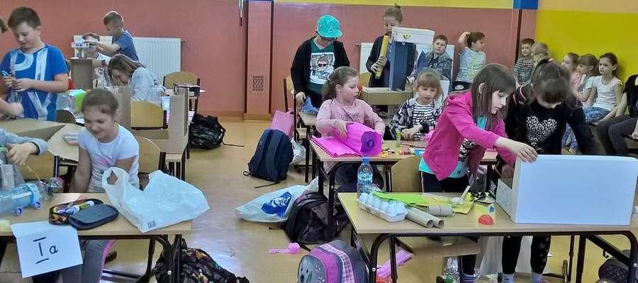Dzieci podczas działań plastycznych