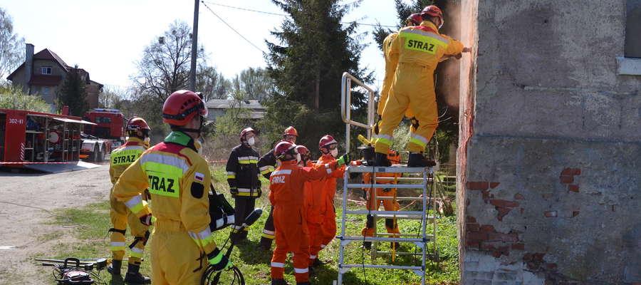 Kilkudziesięciu strażaków bierze udział w ćwiczeniach, które odbywają się w Ostródzie