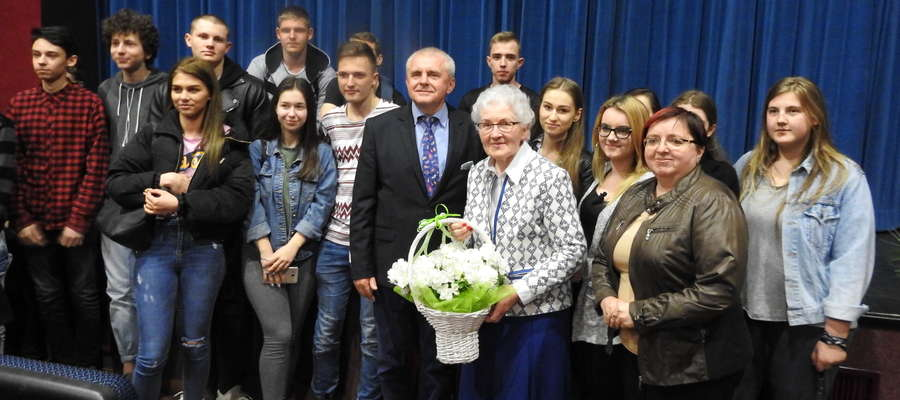 Pamiątkowe zdjęcie z młodzieżą oraz burmistrzem Pasłęka po premierze filmu